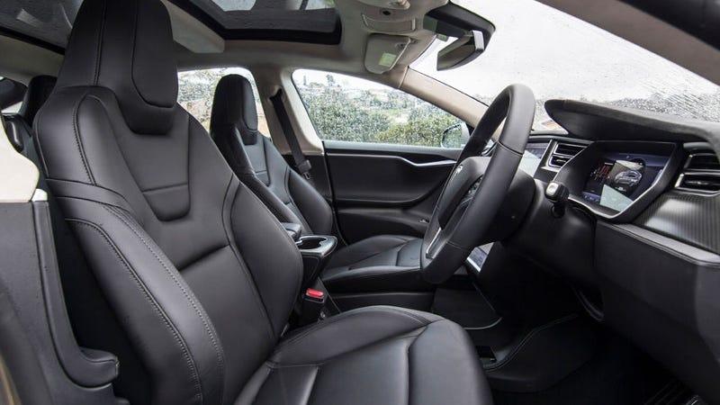 Interior de un Model S de fuera de Estados Unidos. Imagen: CarAdvice
