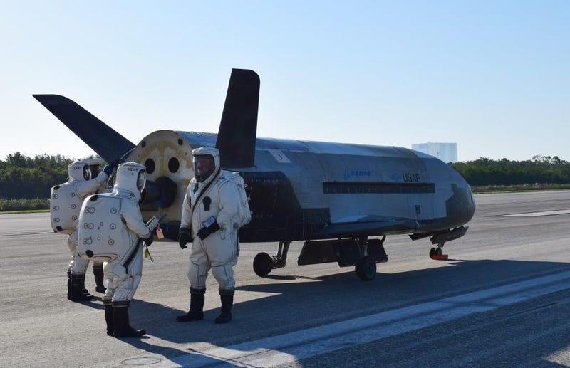 El X-37B tras su aterrizaje del pasado domingo 7 de mayo. Imagen: Fuerza Aérea de Estados Unidos