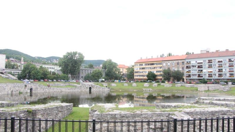 Illustration for article titled Gumicsónakáznak az óbudai amfiteátrumban képződött tavon