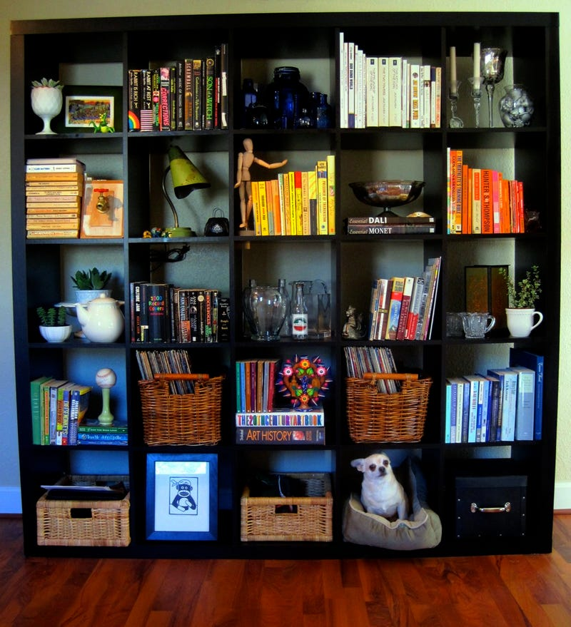 Organize your bookshelves by color to spice up your living for Organize small living room