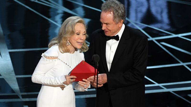 """Illustration for article titled Faye Dunaway on her Oscars snafu: """"I really fucked that up"""""""
