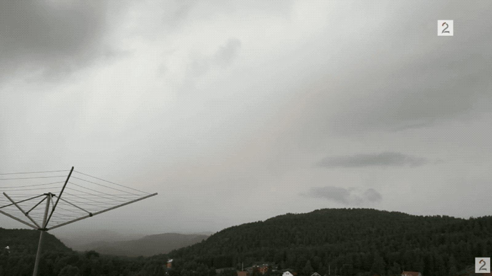 Le cae un rayo a solo cinco metros de distancia mientras grababa una tormenta desde la terraza de su casa