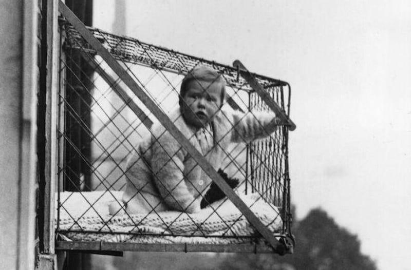 Illustration for article titled Por qué había niños en pequeñas jaulas exteriores colgando de edificios de Nueva York o Londres