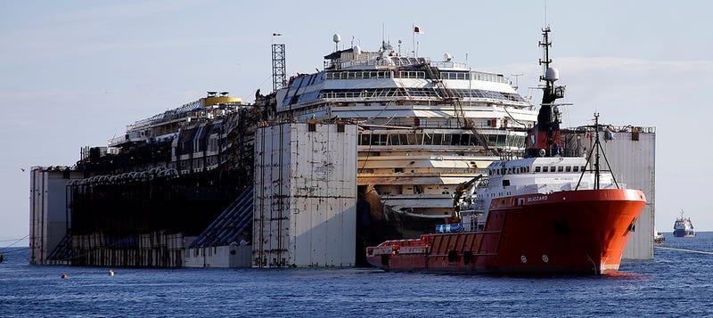 Illustration for article titled El viaje final del crucero Costa Concordia, en imágenes