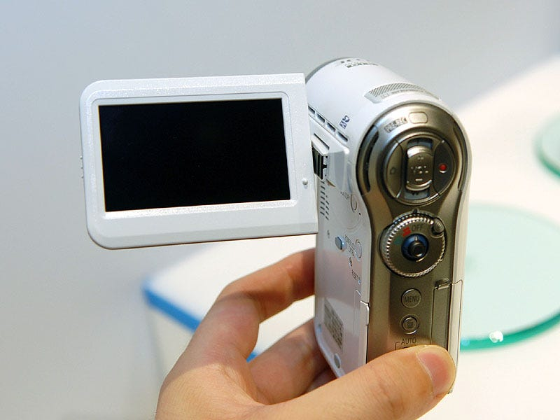 Illustration for article titled Panasonic HDC-SD7 is Now World's Smallest HD Camcorder