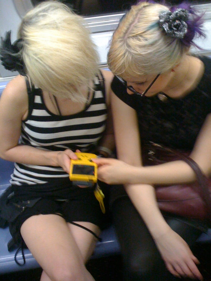 Illustration for article titled This Is How Two Girls Play Gameboy When They Really Love Each Other