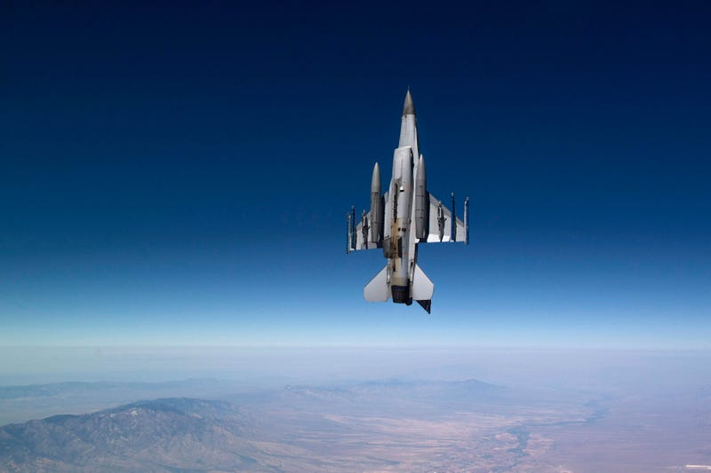 Illustration for article titled Fantastic Photo of a F-16 Flying Perfectly Straight Up in the Air