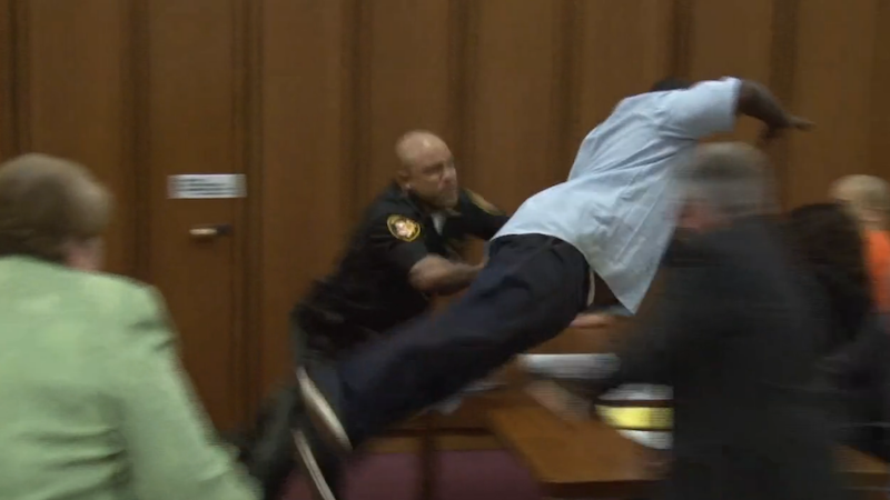 Illustration for article titled Serial Killer Victim's Dad Tries to Attack the Murderer in Shocking Courtroom Video