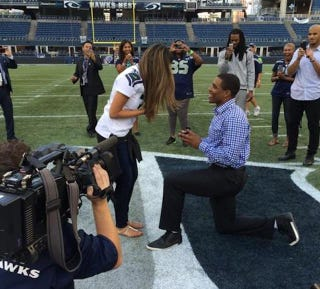 Illustration for article titled Seahawks CB DeShawn Shead Proposes To Girlfriend After Game