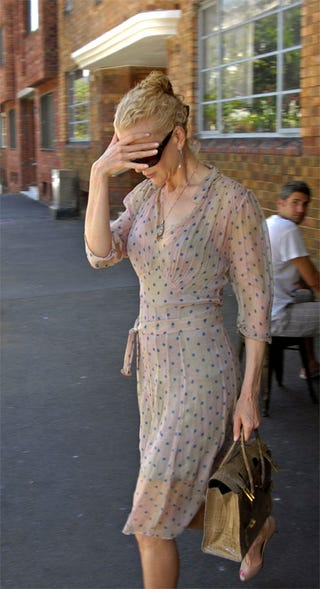 Illustration for article titled Nicole Kidman Hides Face, Baby Bump