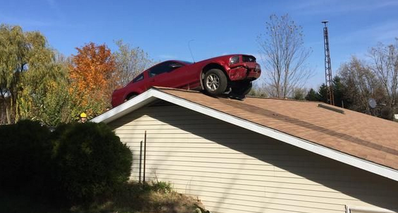 Illustration for article titled How In Tarnation Did This Mustang End Up On A Roof?