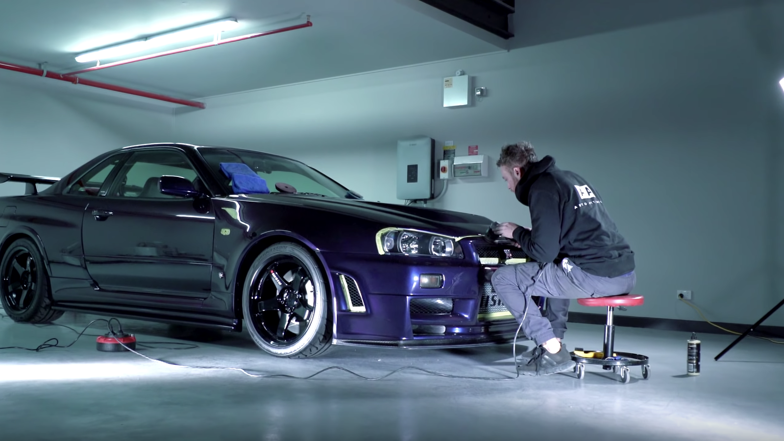 Watching Someone Detail A Nissan R34 GT-R Will Be The Most Satisfying Thing You Do All Day