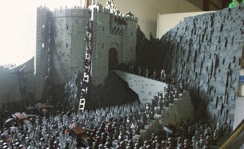 Illustration for article titled Huge LEGO Helm's Deep made with 150,000 bricks and 2,000 minifigs