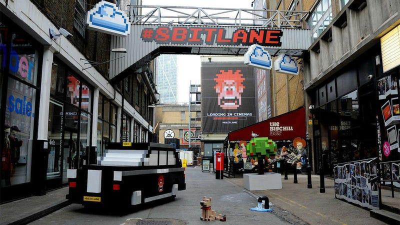 Illustration for article titled Una calle de Londres se transforma en escena de 8 bits (perrito incluido)