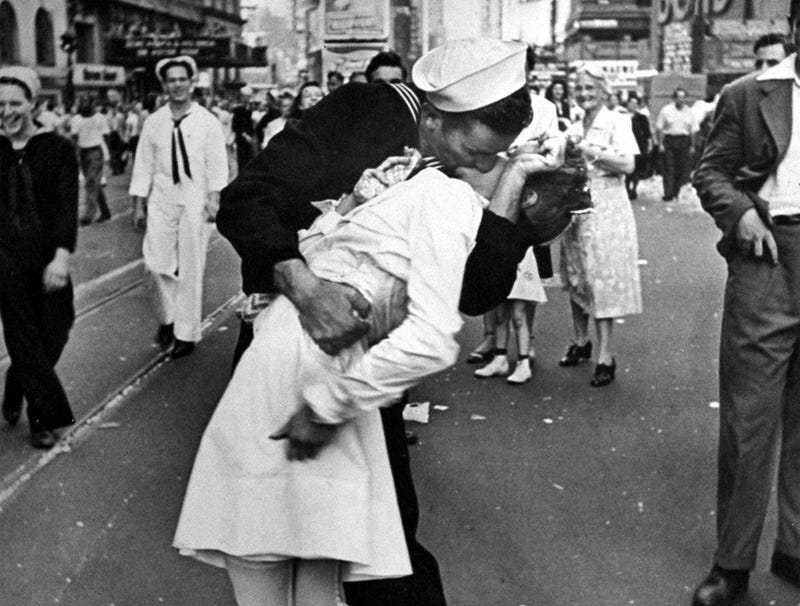 Illustration for article titled Death Of Sailor In Iconic VJ-Day Photo Reminds Americans Of Halcyon Days When Wars Still Ended