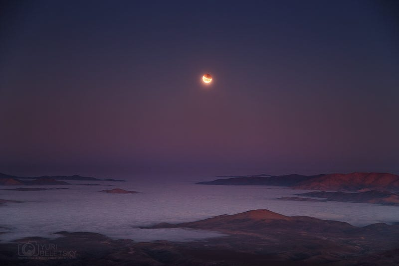 Illustration for article titled Beautiful view of the lunar eclipse over the Pacific coast