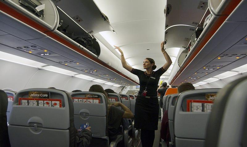 Los auxiliares de vuelo piden volver a prohibir los móviles en el avión