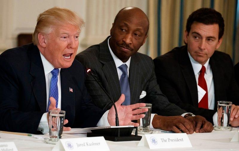 Foto: El presidente Trump junto a Kenneth Frazier de Merck y Mark Fields de Ford (Evan Vucci / AP Images).