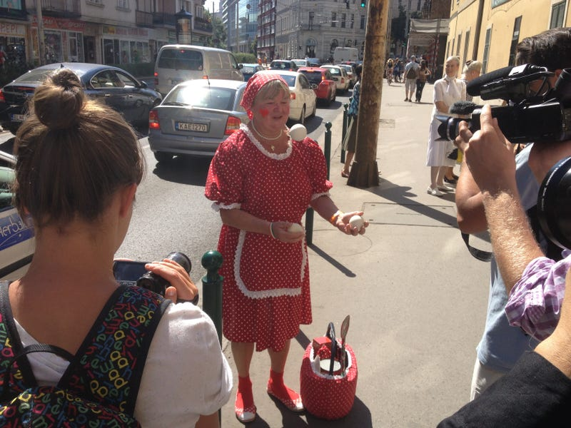 Illustration for article titled Egy néni elkezdett zsonglőrködni az utcán