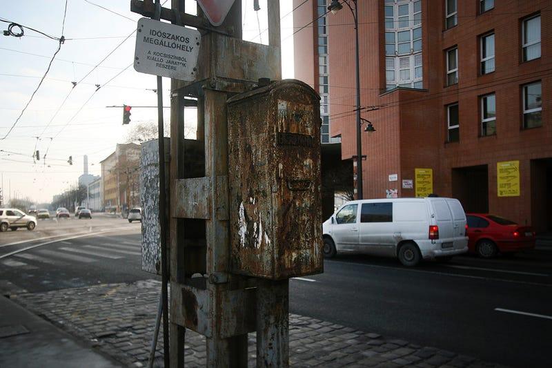 Illustration for article titled Ősöreg halálfej mered a trolizókra az Orczy téren