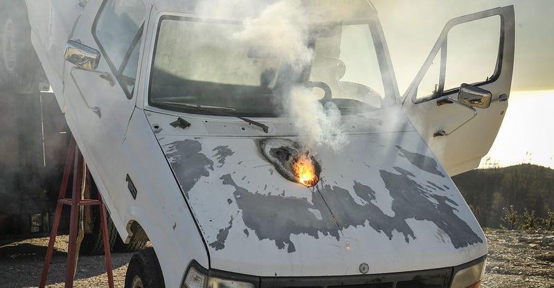 Illustration for article titled Esto es lo que la nueva arma láser de Lockheed puede hacer a un coche