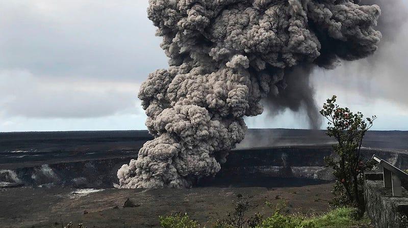 Una columna de humo y ceniza se eleva desde el cráter del Kilauea.