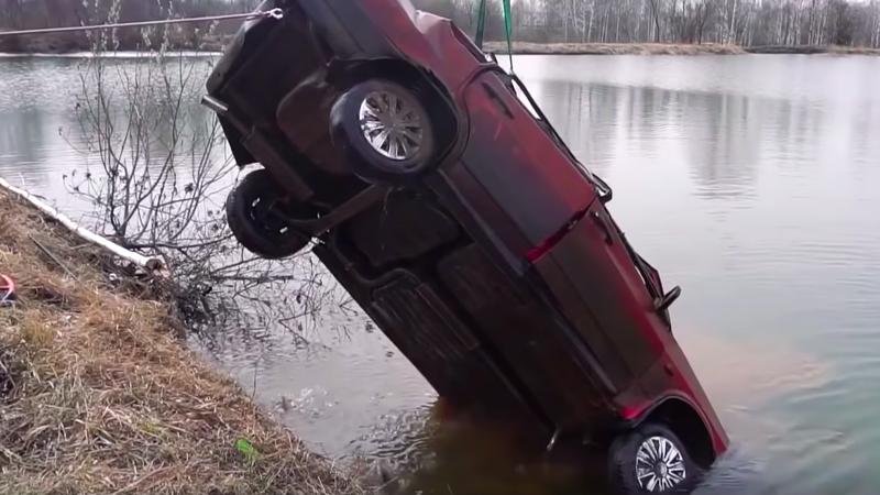 Illustration for article titled Esto es lo que ocurre cuando intentas arrancar un coche que ha pasado seis meses sumergido en un lago