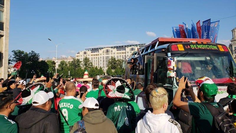 Illustration for article titled Cómo demonios llegaron nueve mexicanos a Rusia en un autobús escolar