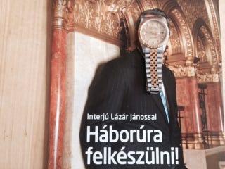 Illustration for article titled A frakkos vadász kirobbantotta a háborút a nem rolexes fideszesek ellen