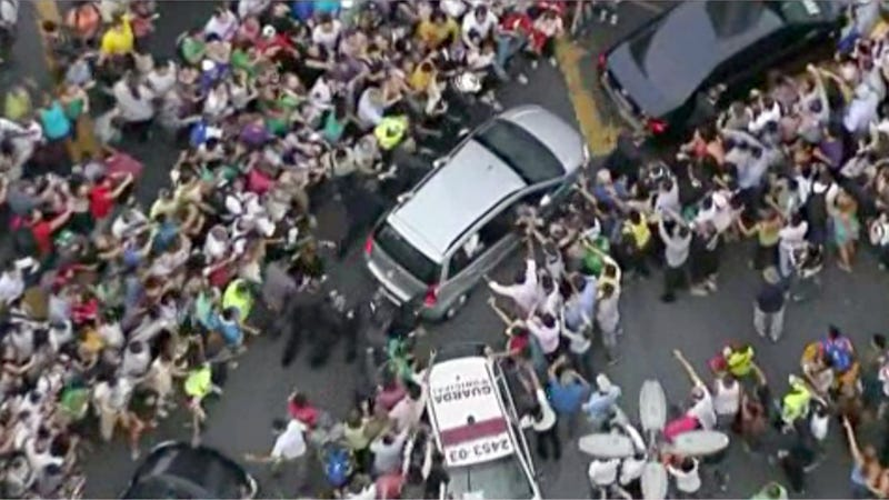 Illustration for article titled Pope Francis' Fiat Mobbed In Rio After Driver Takes Wrong Turn