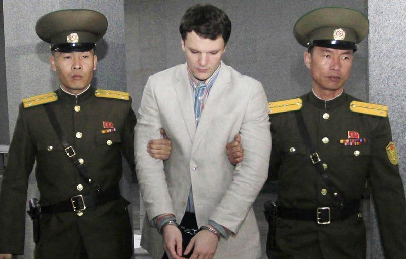 Warmbier, tras ser arrestado en el aeropuerto de Pionyang. Foto: AP