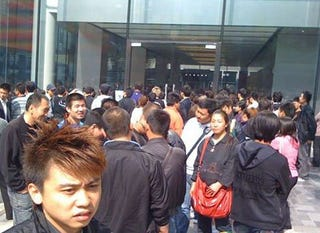 Illustration for article titled iPhone 4 Scalpers Force Beijing Apple Store to Close