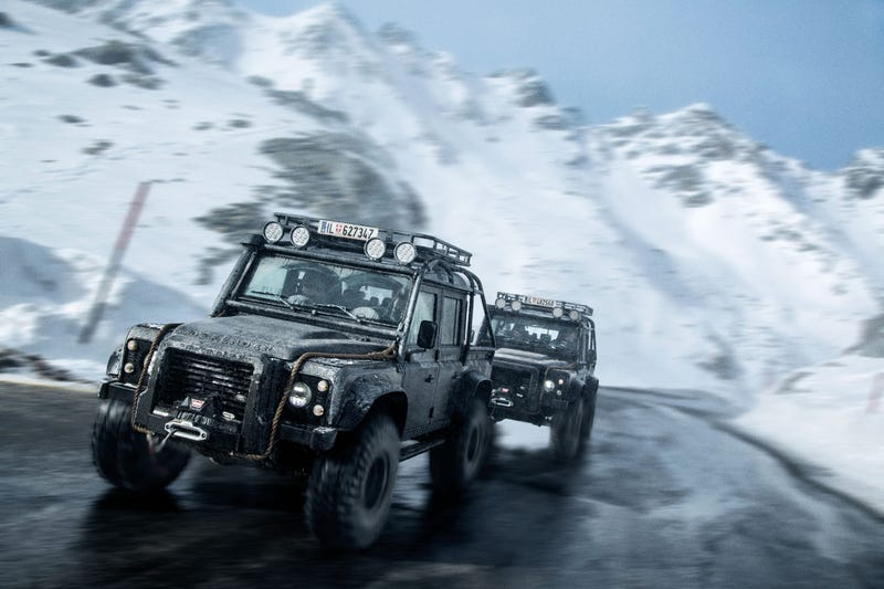 Illustration for article titled Your Ridiculously Awesome James Bond Land Rover Chase Wallpaper Is Here