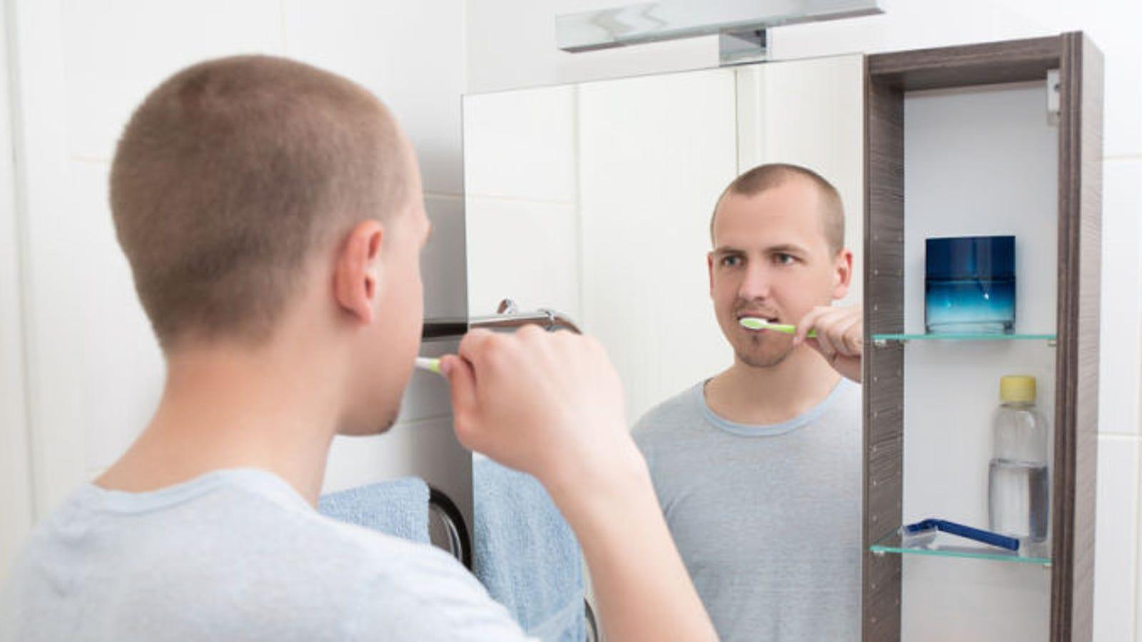 Por qué los espejos invierten las imágenes horizontalmente pero no en vertical
