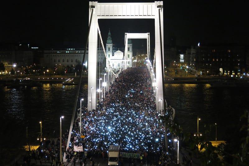 Illustration for article titled 100.000 húngaros salen a la calle contra el impuesto sobre Internet