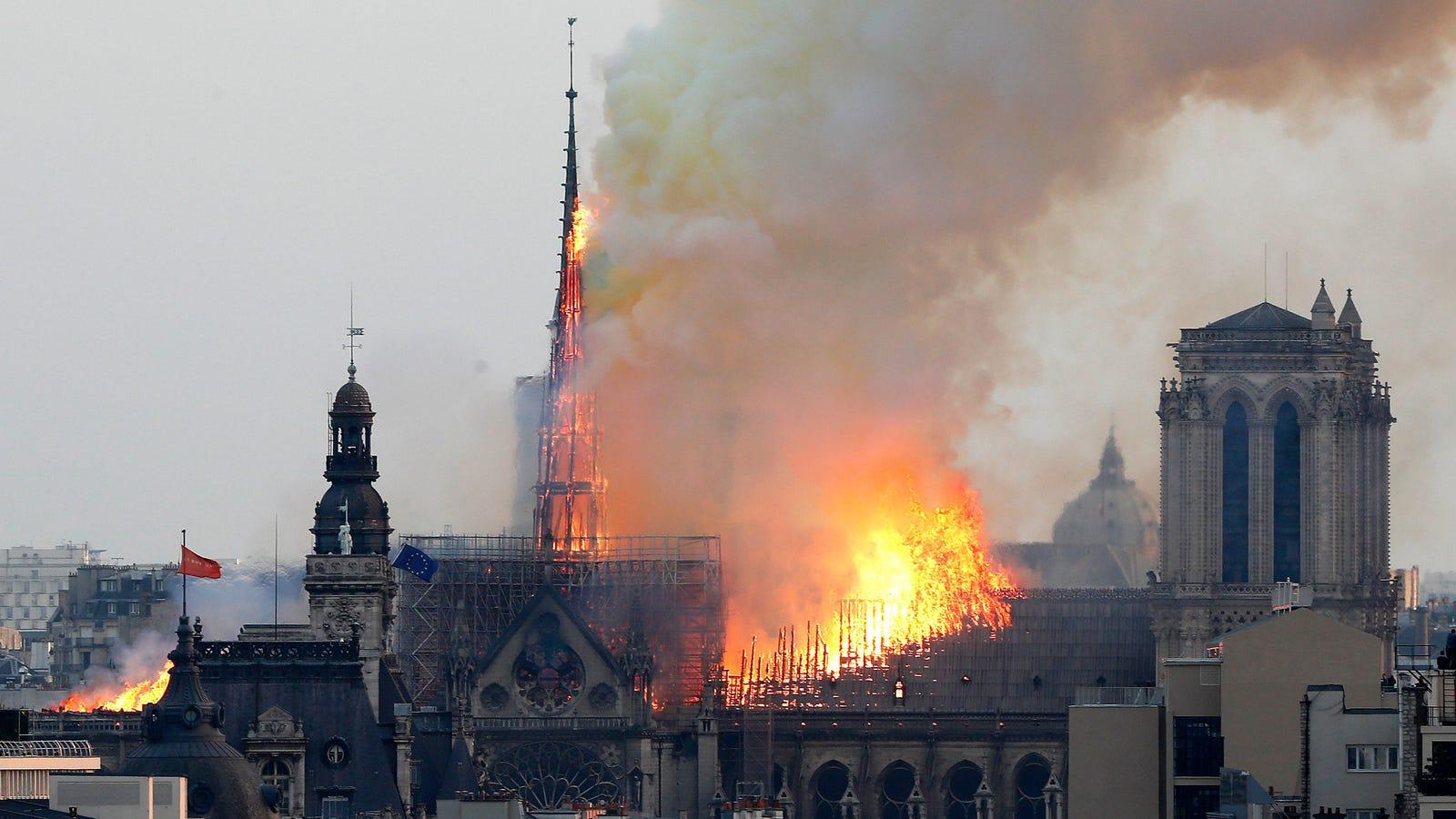 Esto es lo que pasa cuando un astrólogo intenta explicar el incendio de Notre Dame y un astrónomo le contesta