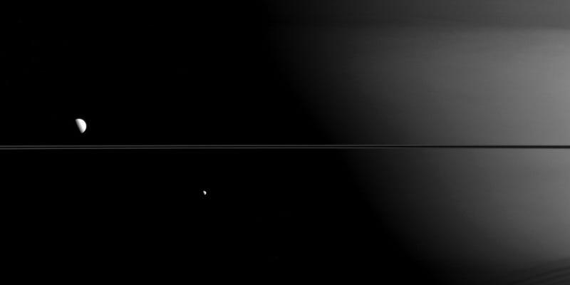 Mimas, Dione y los anillos de Saturno alineados en una foto perfecta