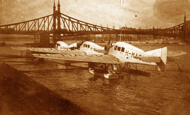 Illustration for article titled Horthy korában sikk volt hidroplánnal taxizni a Balatonra