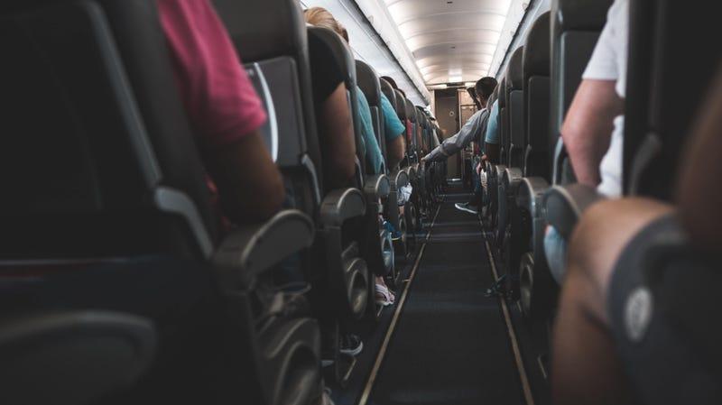 Illustration for article titled Deja de usar las mantas y almohadas de los aviones si quieres protegerte de los gérmenes