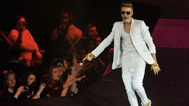 Illustration for article titled Justin Bieber Collapses Onstage in London, Is Revived by Pure FanPower (and Oxygen)