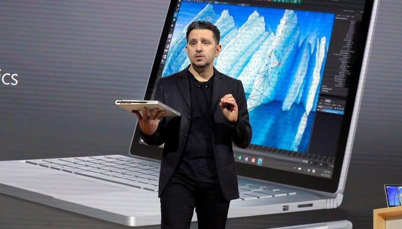 """""""Sí, lo estoy diciendo en serio"""". - Panos Panay, vicepresidente  de Surface para Microsoft. (Richard Drew / AP Images)."""