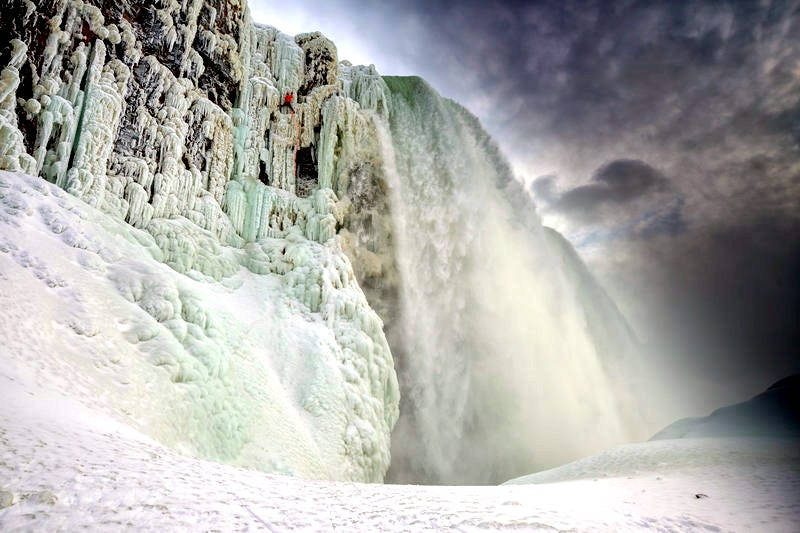 Illustration for article titled Watch a man ice climb a frozen Niagara Falls for the first time ever