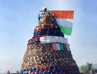 Illustration for article titled Az ír lojalisták véletlenül elégették Elefántcsontpart zászlaját