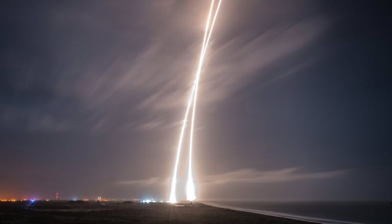 Illustration for article titled Las mejores fotografías del Falcon 9 y su aterrizaje histórico