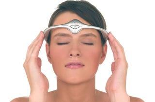 Illustration for article titled Ettől a kicsit nevetséges fejpánttól szinte teljesen elmúlik a migrén