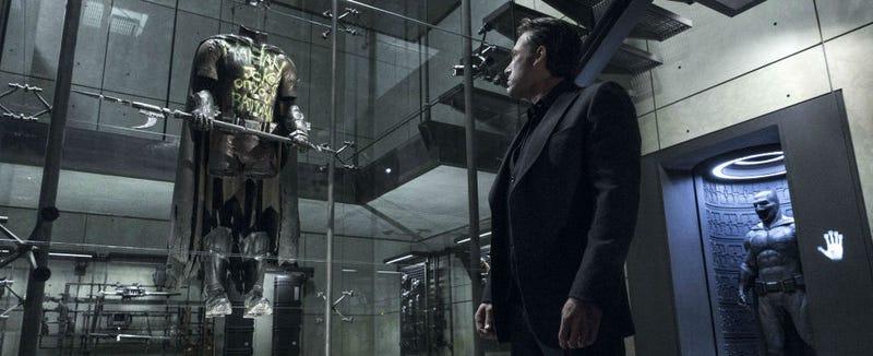 Imagen del traje de Robin en la Batcueva, visto en Batman v Superman.