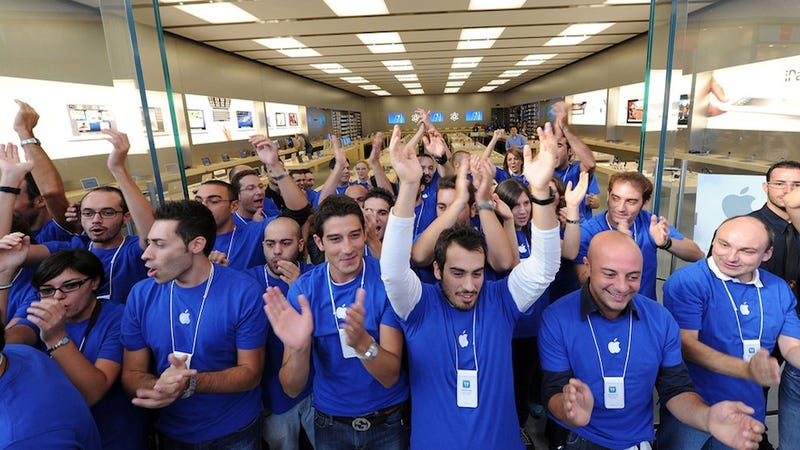 Illustration for article titled What It's Like to Work the Apple Store Front Lines on iPhone Day