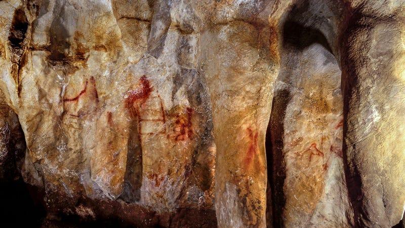 La Pasiega, sección C, pared pintada de la cueva. Las líneas rojas verticales y horizontales datan de hace 64.000 años, y casi con certeza fueron pintadas por neandertales. (Imagen: P. Saura)