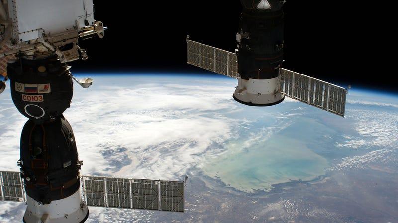 El módulo Soyuz, a la izquierda, en el que ha aparecido el agujero