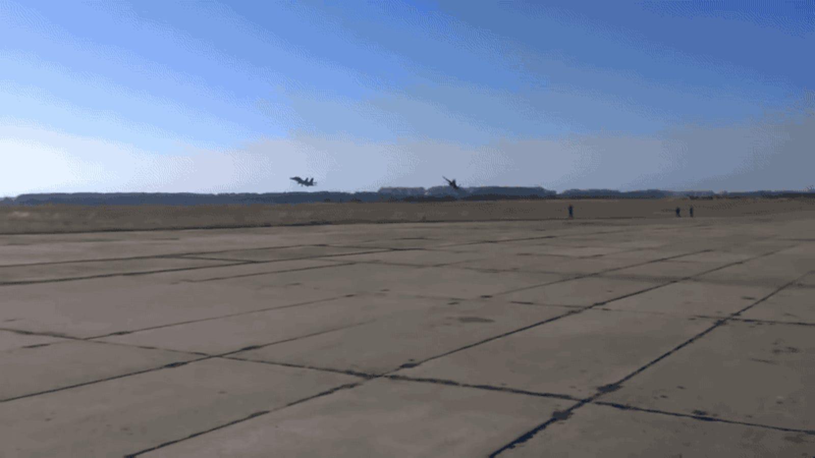Este avión de combate vuela tan a ras del suelo que por poco consigue tumbar a una persona